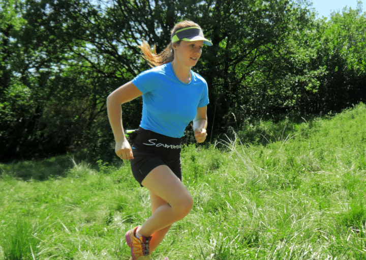 Anaïs Chevalier en trail portant la running belt Sammie