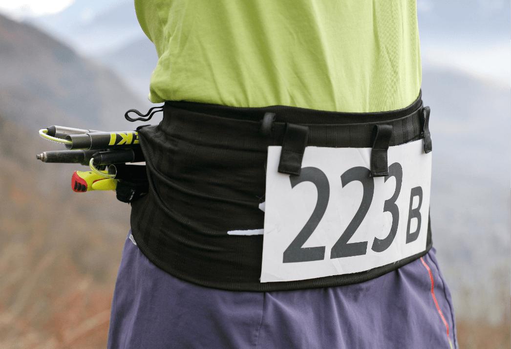 Ceinture de Running Sammie® Evo portée avec des bâtons pliables à l'arrière