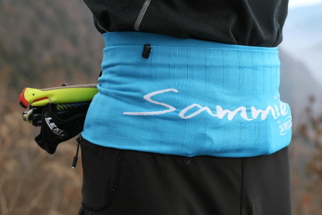 la ceinture de Running Sammie® Trail chargée avec différents accessoires à l'occasion d'un trail