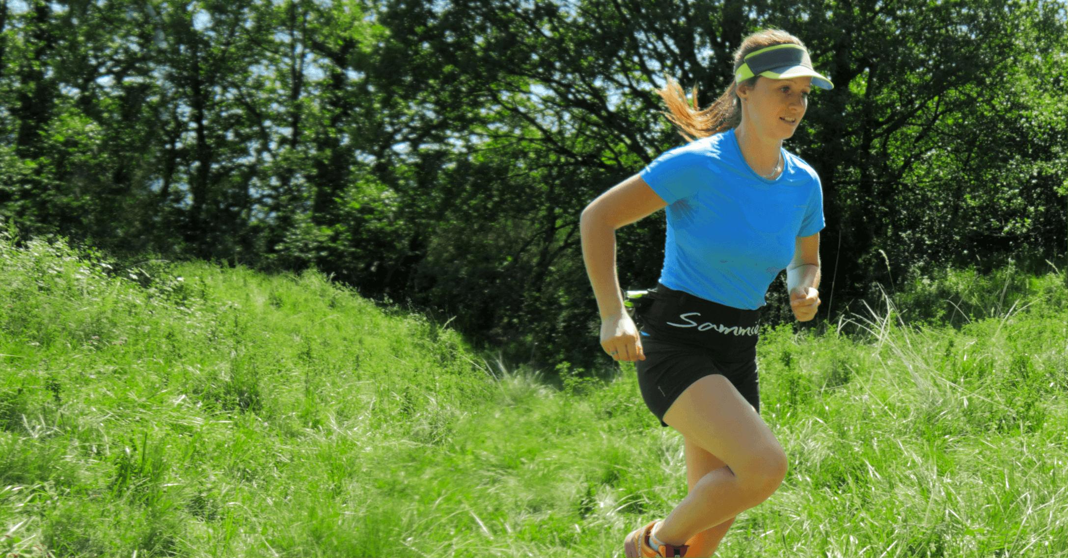 Anaïs Chevalier en plein trail, portant la running belt Sammie® Trail