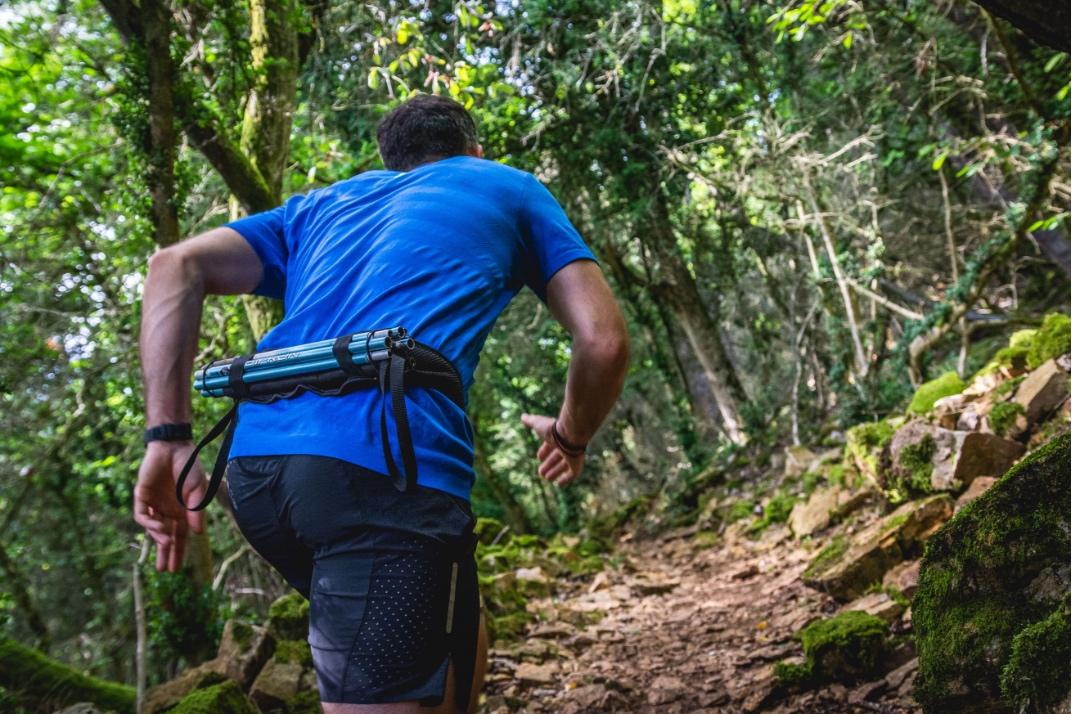 Un traileur porte la ceinture Sammie® Ultra lors d'un trail